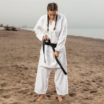 Porträt des jungen mädchens in der karateausstattung