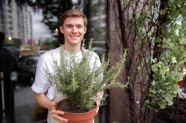 Porträt des jungen männlichen floristen bei der arbeit