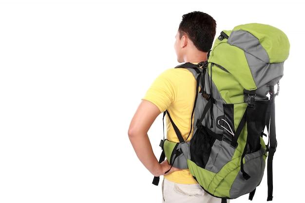 Porträt des jungen mannes backpacker von hinten