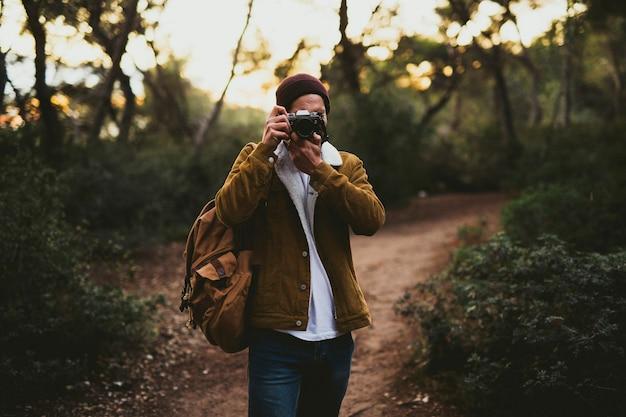 Porträt des jungen mannes, der bilder im freien macht