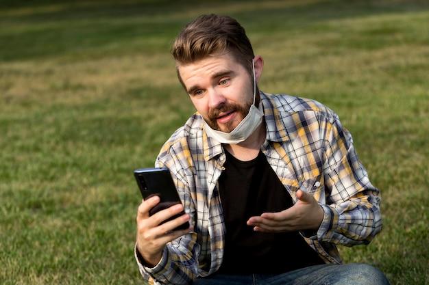 Porträt des jungen mannes, der ein selfie nimmt