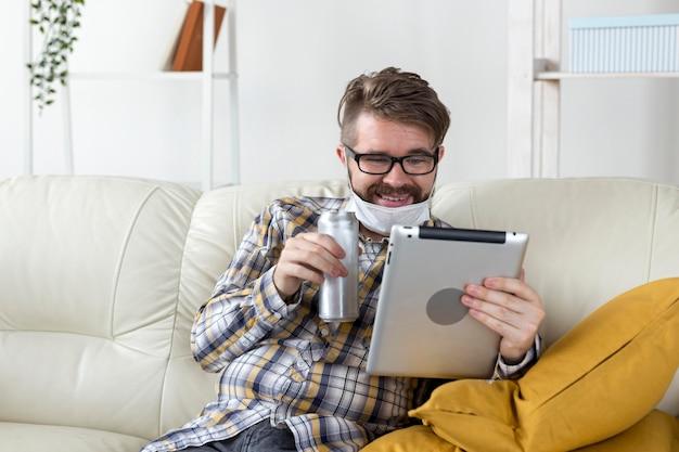 Porträt des jungen mannes, der tablette hält