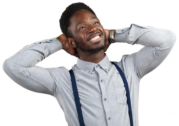 Porträt des jungen mannes des glücklichen afroamerikaners