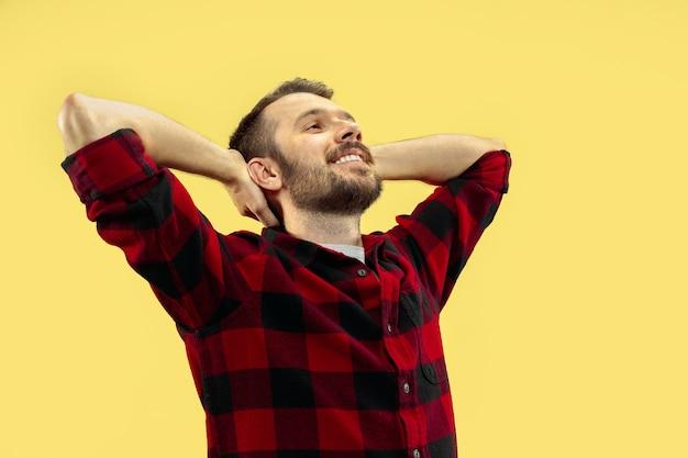 Porträt des jungen mannes im hemd. vorderansicht. trendige farben. entspannen und entspannen.
