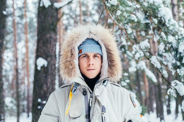 Porträt des jungen mannes im kalten tiefen wintermantel
