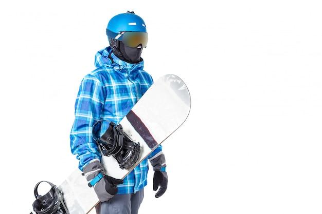 Porträt des jungen mannes in der sportbekleidung mit snowboard