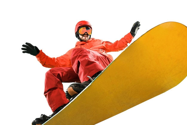 Porträt des jungen mannes in der sportkleidung mit dem snowboard lokalisiert auf einem weißen studiohintergrund. der winter, sport, snowboarden, snowboarder, aktivität, extremes konzept