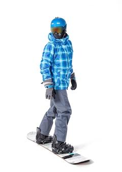 Porträt des jungen mannes in der sportkleidung mit dem snowboard lokalisiert auf weiß