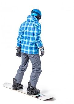 Porträt des jungen mannes in der sportkleidung mit dem snowboard lokalisiert