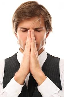 Porträt des jungen mannes meditieren