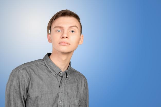Porträt des jungen mannes mit entsetztem gesichtsausdruck