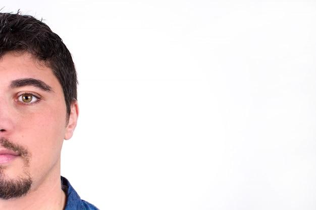 Porträt des jungen mannes mit ernstem antlitz lokalisierte kopienraum