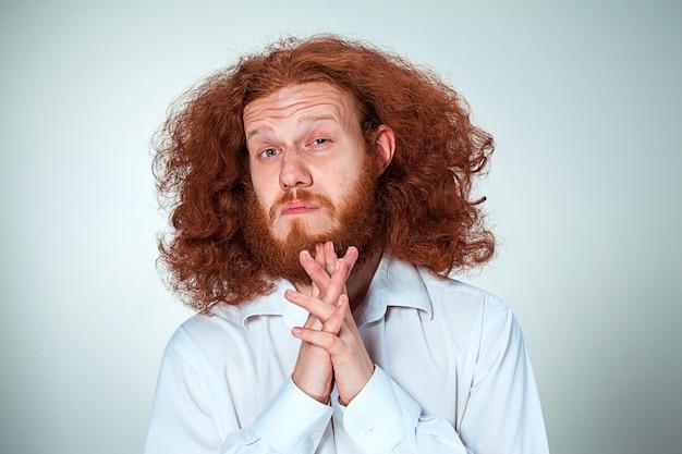Porträt des jungen mannes mit schockiertem gesichtsausdruck