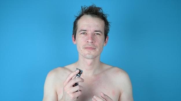 Porträt des jungen mannes. rasieren mit falschem rasiermesser.