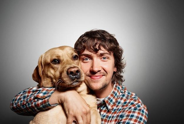 Porträt des jungen mannes und seines niedlichen hundes