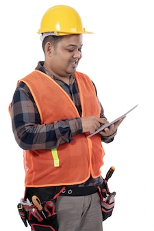 Porträt des jungen mannkonstrukteurs verwendete digitales tablett