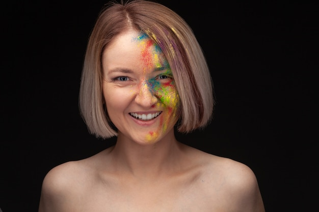 Porträt des jungen modells mit hellem buntem farbmix.