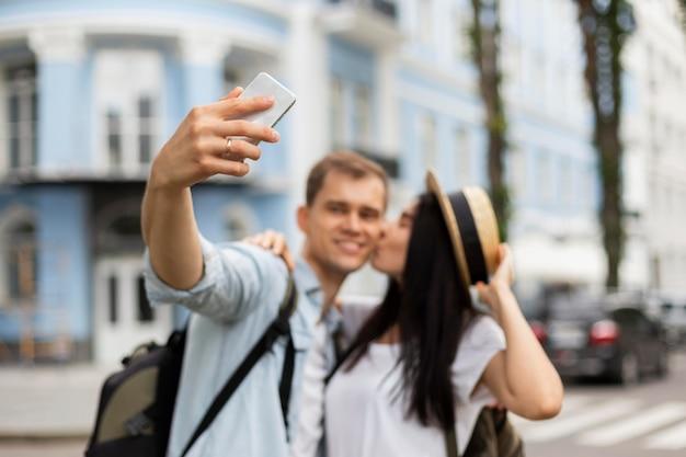 Porträt des jungen paares, das ein selfie im urlaub nimmt