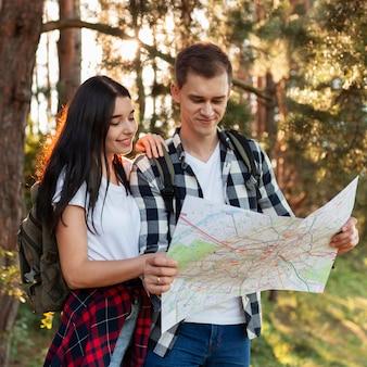 Porträt des jungen paares, das lokale karte prüft