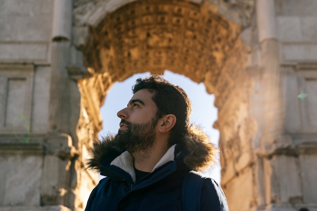 Porträt des jungen reisenden, der einige ruinen bei sonnenuntergang besucht