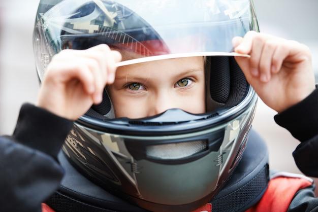 Porträt des jungen rennfahrers im helm