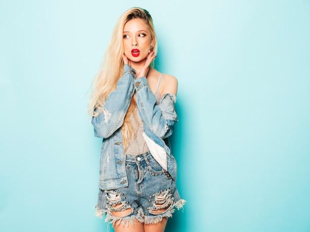 Porträt des jungen schönen bösen hipster-mädchens in der trendigen jeanskleidung und im ohrring in der nase. positives model, das spaß hat