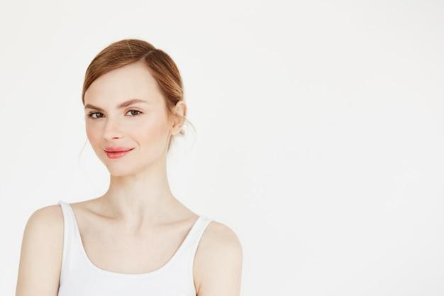Porträt des jungen schönen mädchens mit natürlichem schminken lächelnd. kosmetologie und spa.