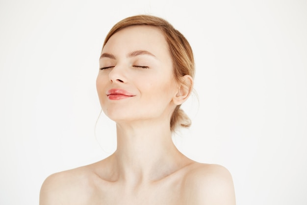 Porträt des jungen schönen mädchens mit sauberer frischer haut lokalisiert auf weißem hintergrund. geschlossene augen. schönheits- und gesundheitslebensstil.