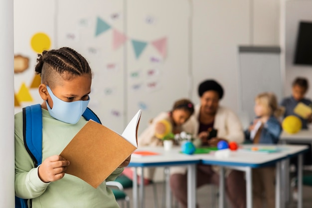 Porträt des jungen schülers im klassenzimmer