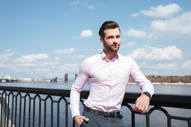 Porträt des jungen selbstbewussten mannes im anzug