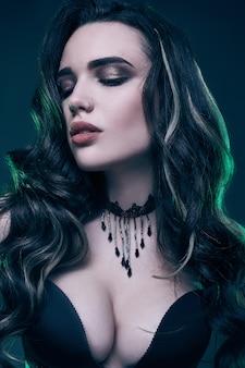 Porträt des jungen sexy gotischen mädchens mit dem langen haar