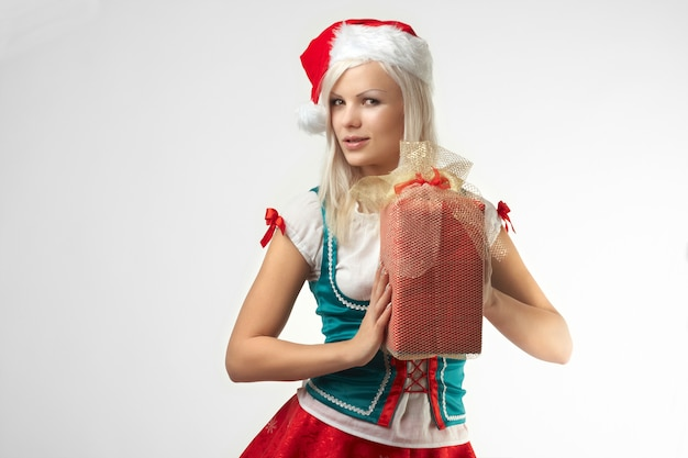 Porträt des jungen sexy weihnachtsmanns mit weihnachtsgeschenk