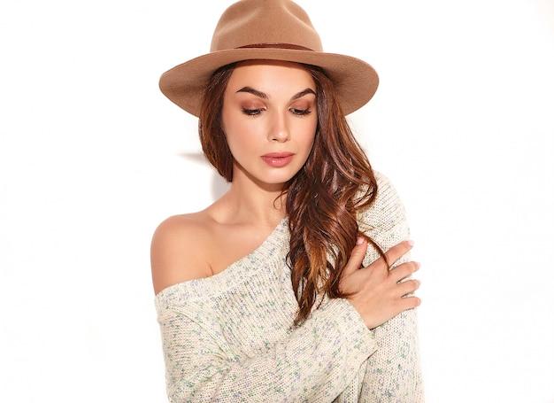 Porträt des jungen stilvollen mädchenmodells im zufälligen sommer kleidet im braunen hut mit dem natürlichen lokalisierten make-up.