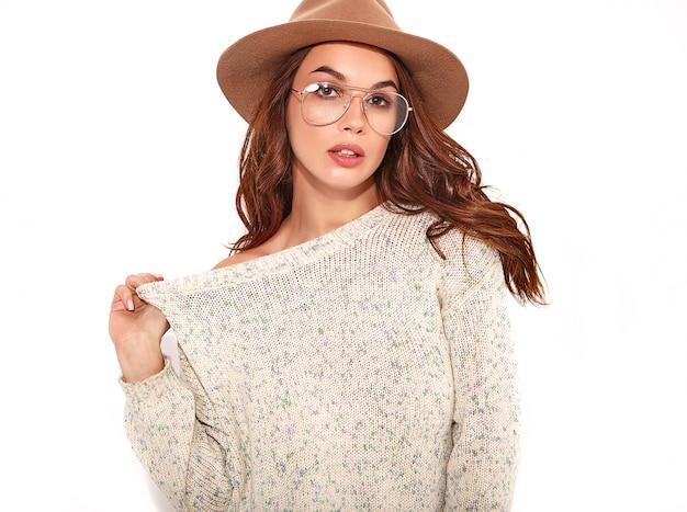 Porträt des jungen stilvollen mädchenmodells im zufälligen sommer kleidet im braunen hut mit natürlichem make-up in den lokalisierten gläsern.