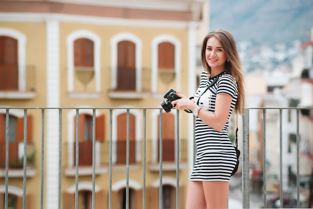 Porträt des jungen touristen mit kamera