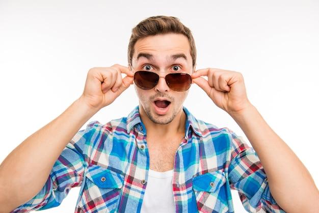 Porträt des jungen überraschten mannes in den gläsern