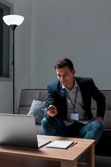 Porträt des jungen unternehmers, der nachts arbeitet