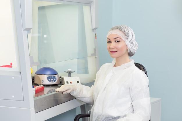 Porträt des jungen weiblichen technikers im labor von genetik