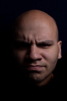 Porträt des kahlen mannes auf schwarzem hintergrund