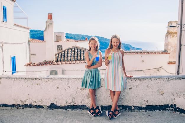 Porträt des kaukasischen kindes genießen sommerferien