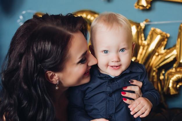 Porträt des kaukasischen kleinen babys haben viel spaß mit seiner mutter