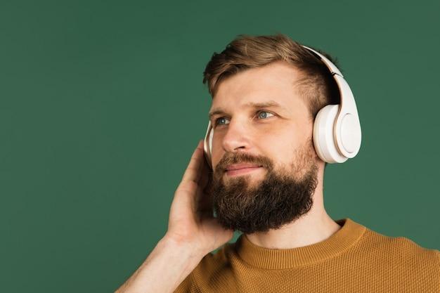 Porträt des kaukasischen mannes lokalisiert über grüner wand mit copyspace
