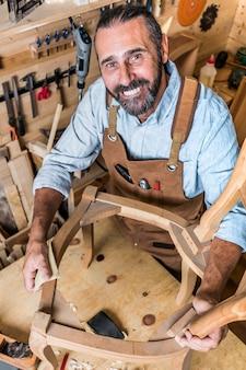 Porträt des kaukasischen tischlers bei der arbeit