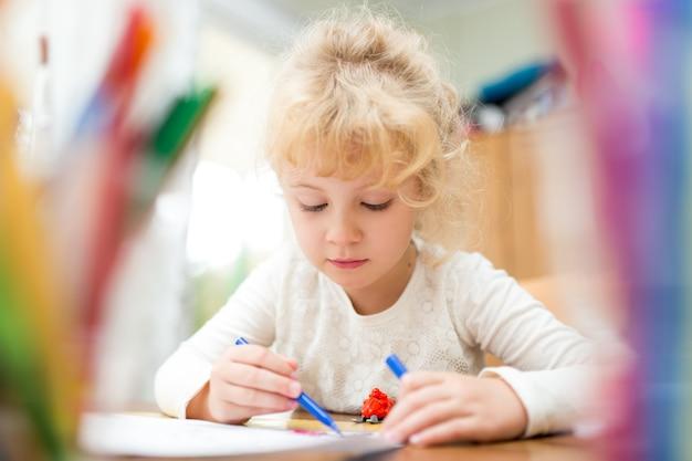 Porträt des kindermädchens, das zu hause zeichnet