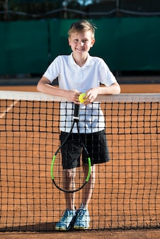 Porträt des kindes auf dem tennisfeld