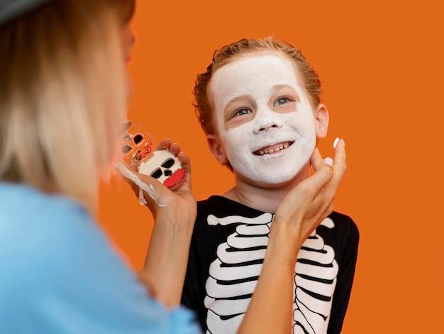 Porträt des kindes mit gruseligem halloween-kostüm