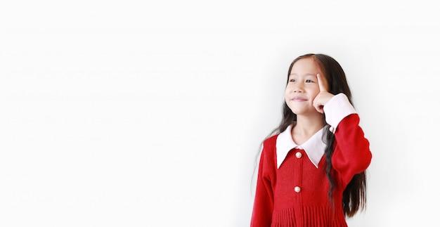 Porträt des kleinen asiatischen mädchens, das ein rotes kleid trägt