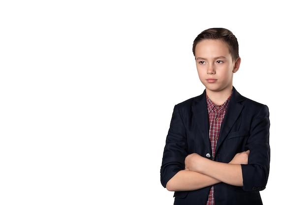 Porträt des kleinen geschäftsmannkindes im anzug lokalisiert auf weißem hintergrund