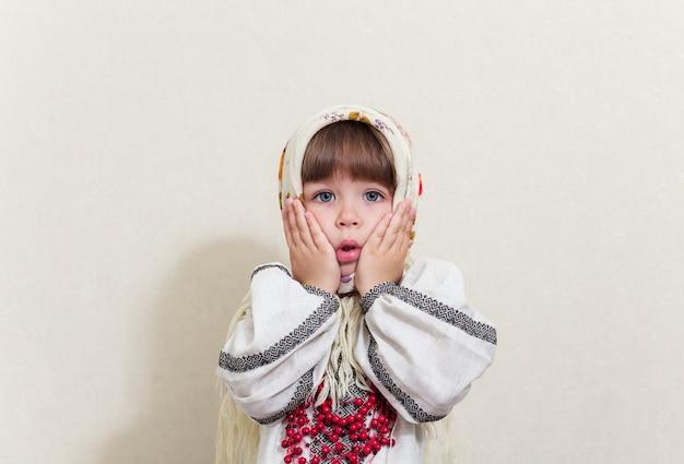 Porträt des kleinen hübschen mädchens im traditionellen ukrainischen stil