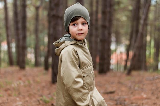 Porträt des kleinen jungen im herbst
